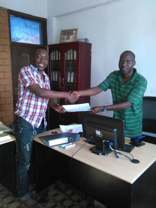 Jimmy Mafufu akichukua fomu ya kugombea kutoka kwa katibu wa TDFAA Twiza Mbarouk .