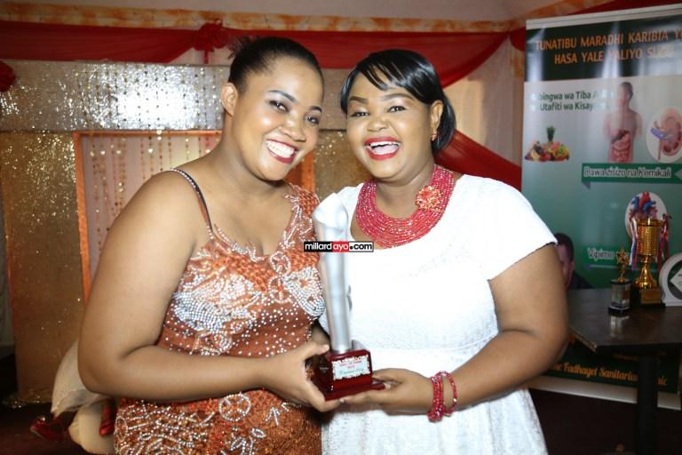 Kushoto ni Flora Mvungi akimkabidhi msanii wa Bongo Movie, Riyama tuzo ya Best Artist Female of the year