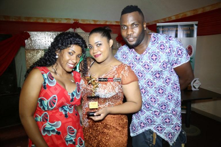 H.Baba na mke wake Flora Mvungi wakikabidhiwa tuzo ya Best Couple of the year iliyodumu mwaka 2015