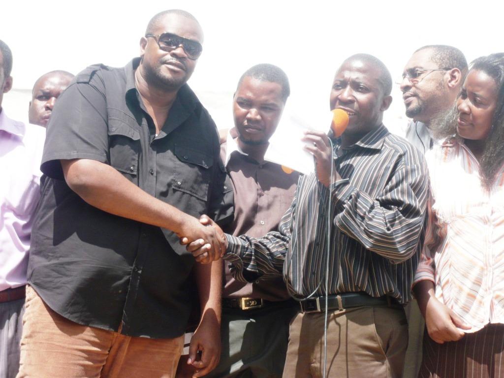 Jacob Stephan na Saimon Mwakifamba wakipeana mikono (2012)