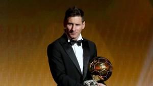 Messi akiwa na tuzo yake