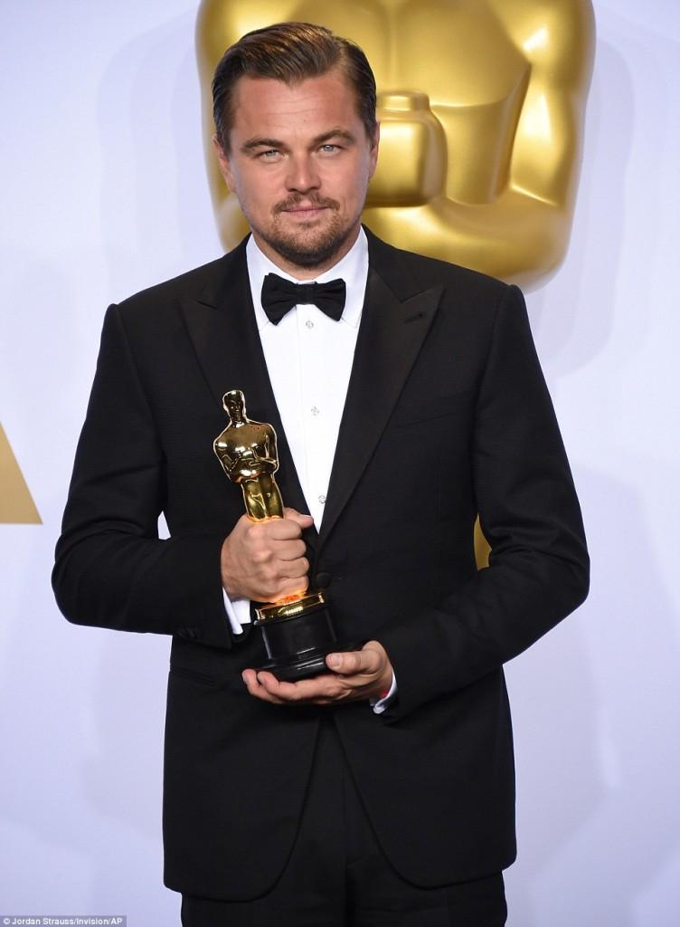 Leonardo Di Caprio baada ya kuchukua tuzo ya Oscar
