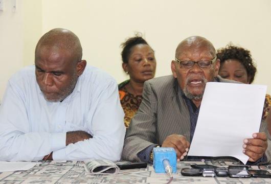 Waigizaji wakitoa tamko kumshawishi Mwakifwamba agombee katika ukumbi wa Idara ya habari Maelezo Mzee Chilo , Mashaka.