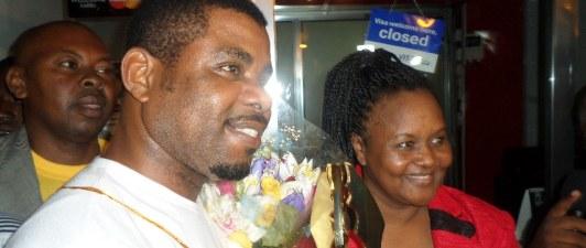 Richie akiwa na Katibu wa Bodi ya Filamu Uwanja wa Ndege wa Kimataifa Mwalim JK Nyerere.