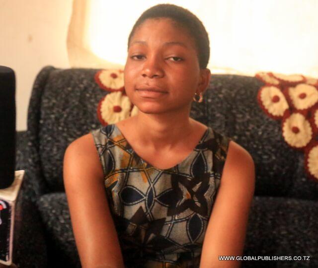 Sabrina Gharib  binti anayefanya kazi kwa vitendo kimasomo  kwenye Mochwari  ya Hospitali ya Rufaa ya Tumbi Kibaha mkoani Pwani.