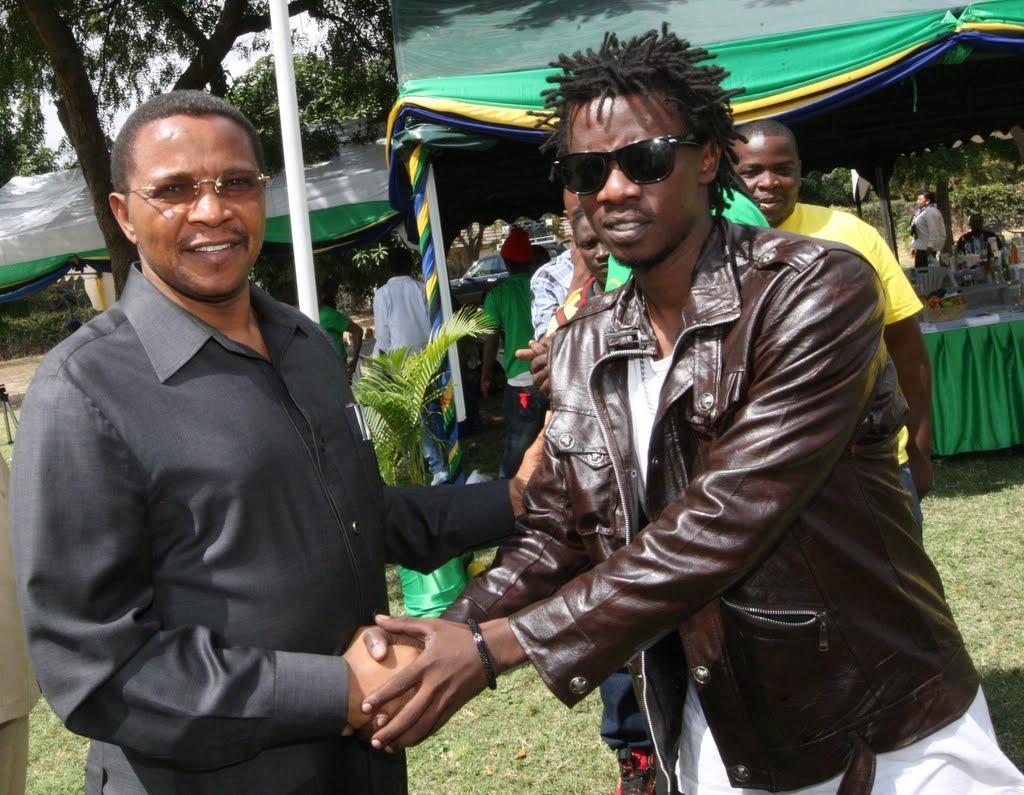 Msanii Chege akisalimiana na rais wa awamu ya tano, Dkt Jakaya Kikwete. (PICHA:MAKTABA)