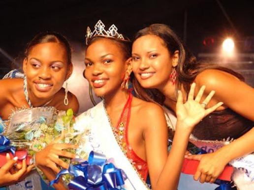 Hawa ndiyo walikuwa washindi watatu wa Miss Tanzania 2006,kulia ni Lisa (Mshindi wa 2),Kati ni Wema Sepetu (Mshindi wa 1) na Jokate (Mshindi wa 3).