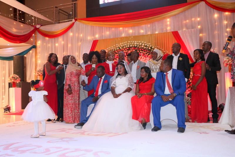 Maharusi pamoja na wanakamati wakipozi wakati wa harusi hiyo.